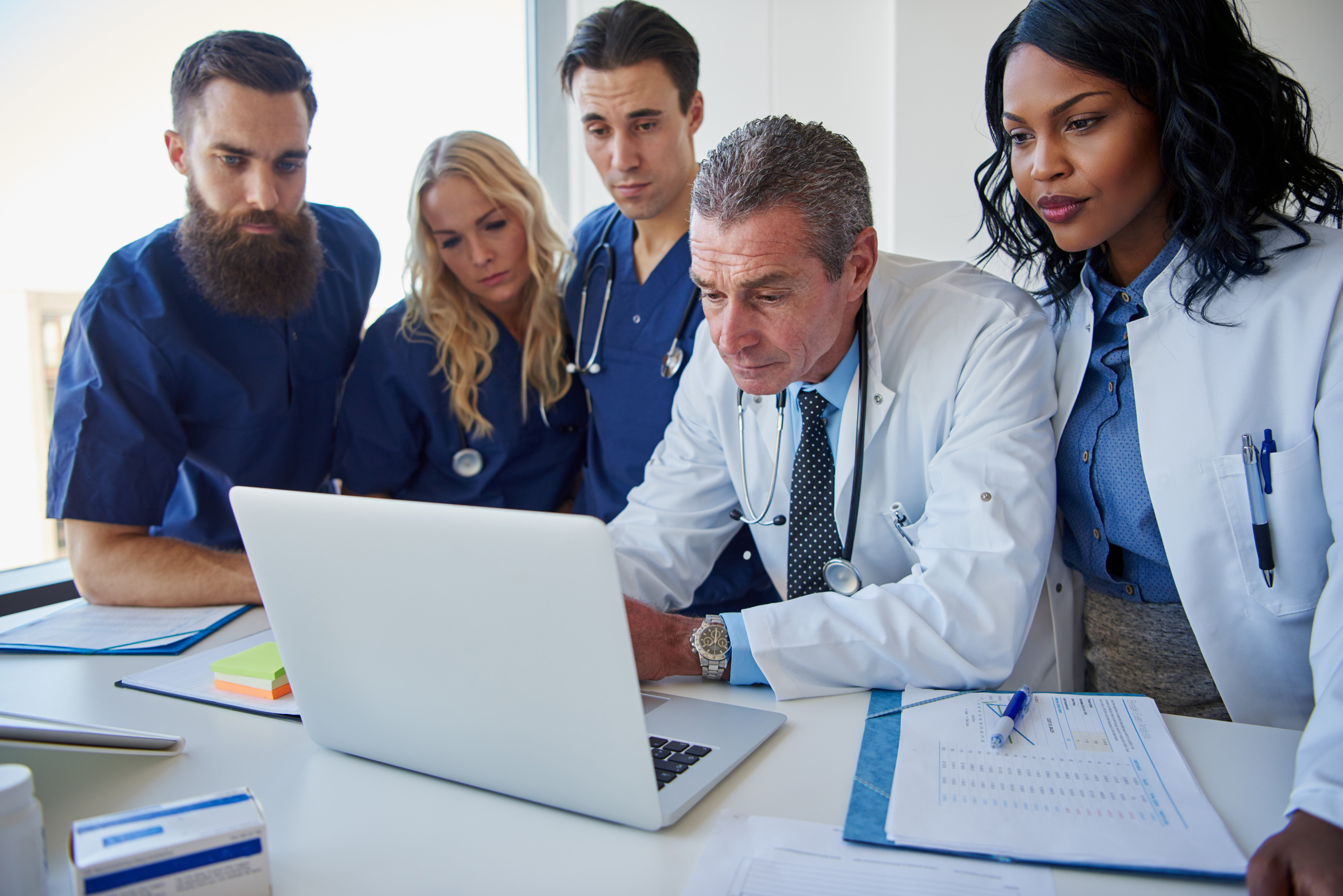 the-medicine-workers-standing-and-browsing-laptop-MR38KJZ.jpg